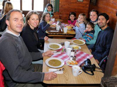 Gemütlich beisammen sitzen in der Bocksberghütte